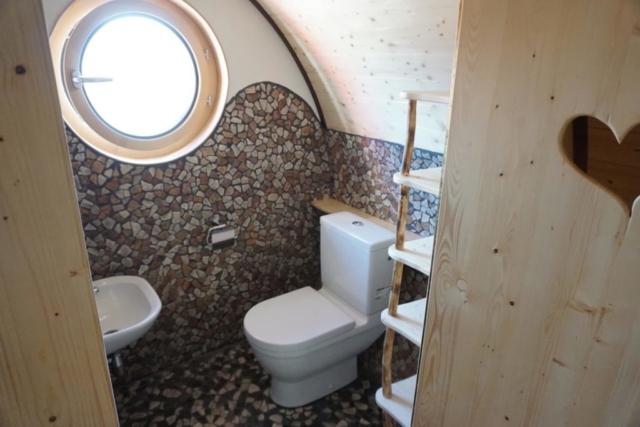 Herztür im WC, Stauraum und gefliestes WC Waldkindergarten