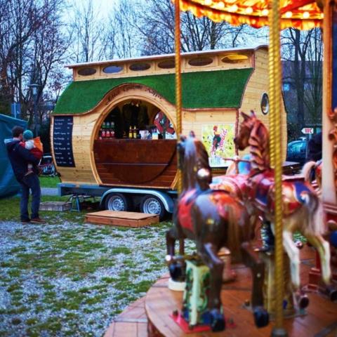 Weihnachtsmarkt Wagen, Kaffeewagen beim Verkauf, Adventsmarkt
