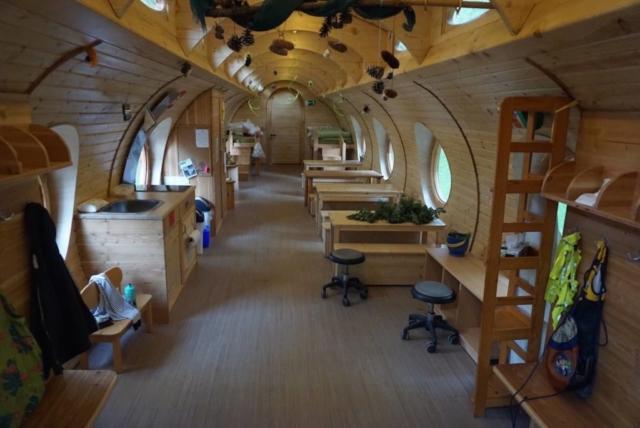 Waldkindergarten in der Hobbit Höhle, Kindermöbel, Kinder forschen in der Natur
