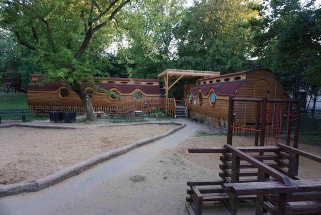 Feriendorf mit Spielplatz, Hobbitwagen und Hotelanlage für Kinder