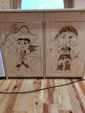 Bilder in Holz einbrennen, Kindermöbel