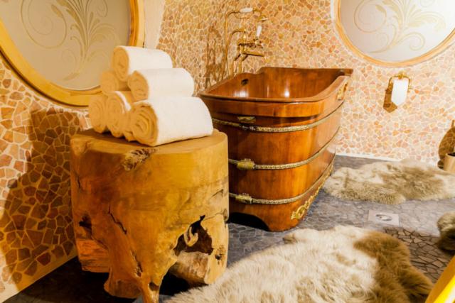 Luxus Bad mit Holzbadewanne