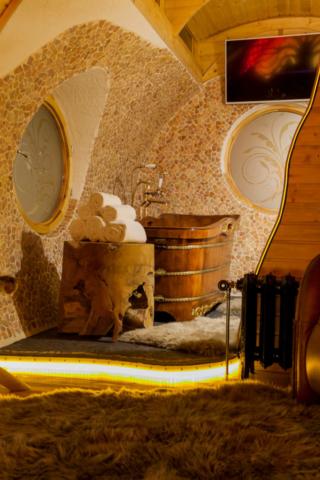 Luxus Bad mit Holzbadewanne im Tiny House und Ferienwohnung
